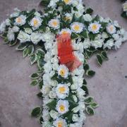 Cruz de flores Artificiais